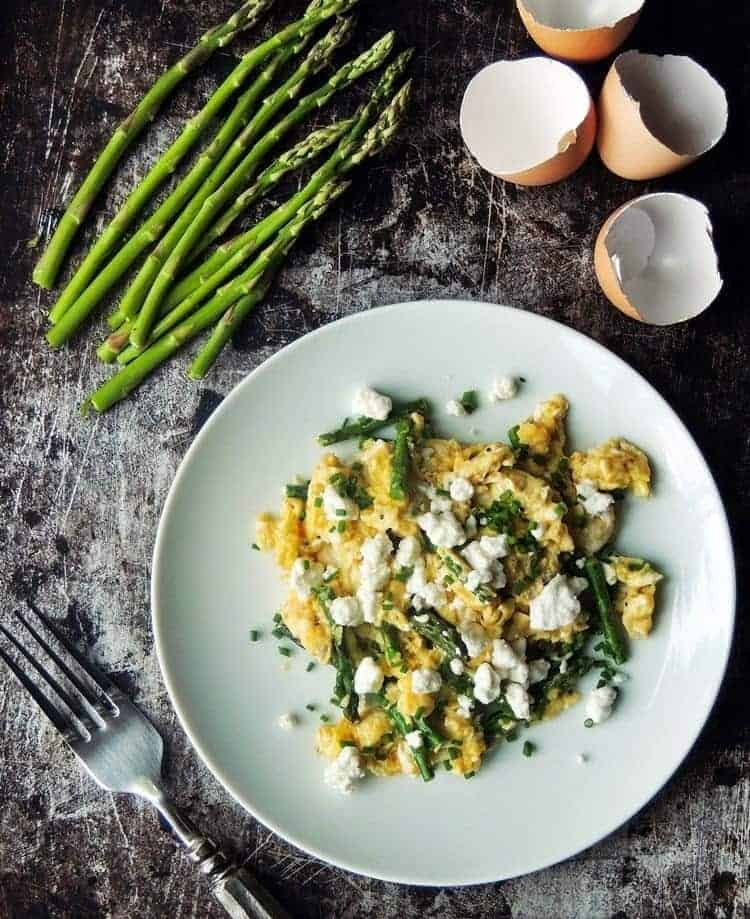 perfect-scrambled-eggs-with-asparagus-goat-cheese-chive-2