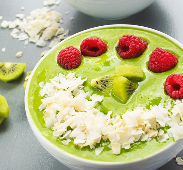 Green Smoothie Bowl with Berries and Coconut - a fast and fun breakfast recipe