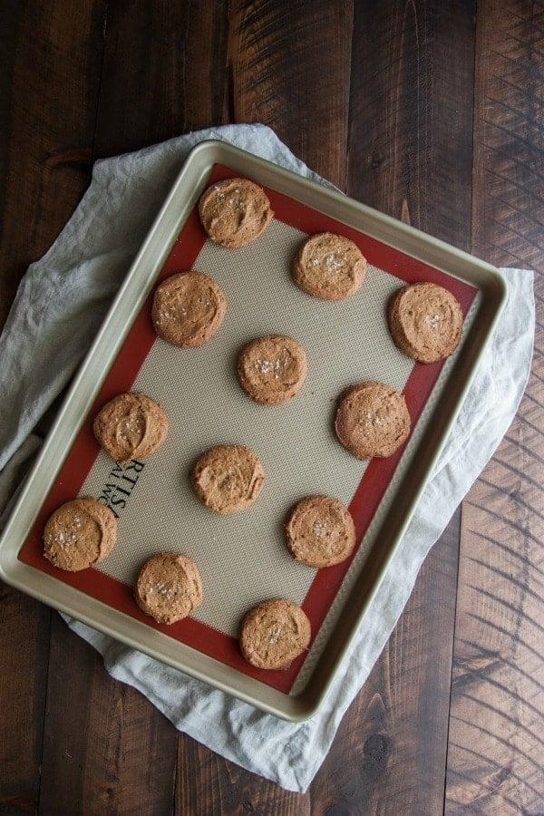 Peanut butter sea salt cookies - an easy flourless cookie recipe